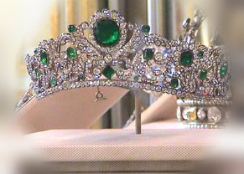 marie terese's emerald and diamond tiara on display at the Louvre