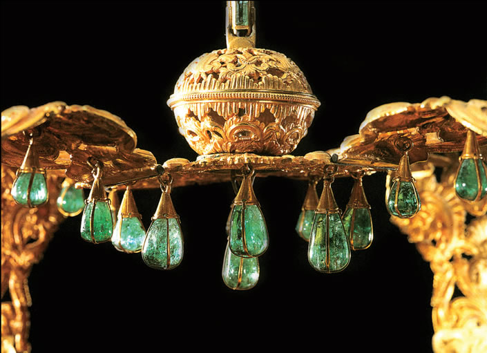 crown of the andes closeup tear drop emeralds